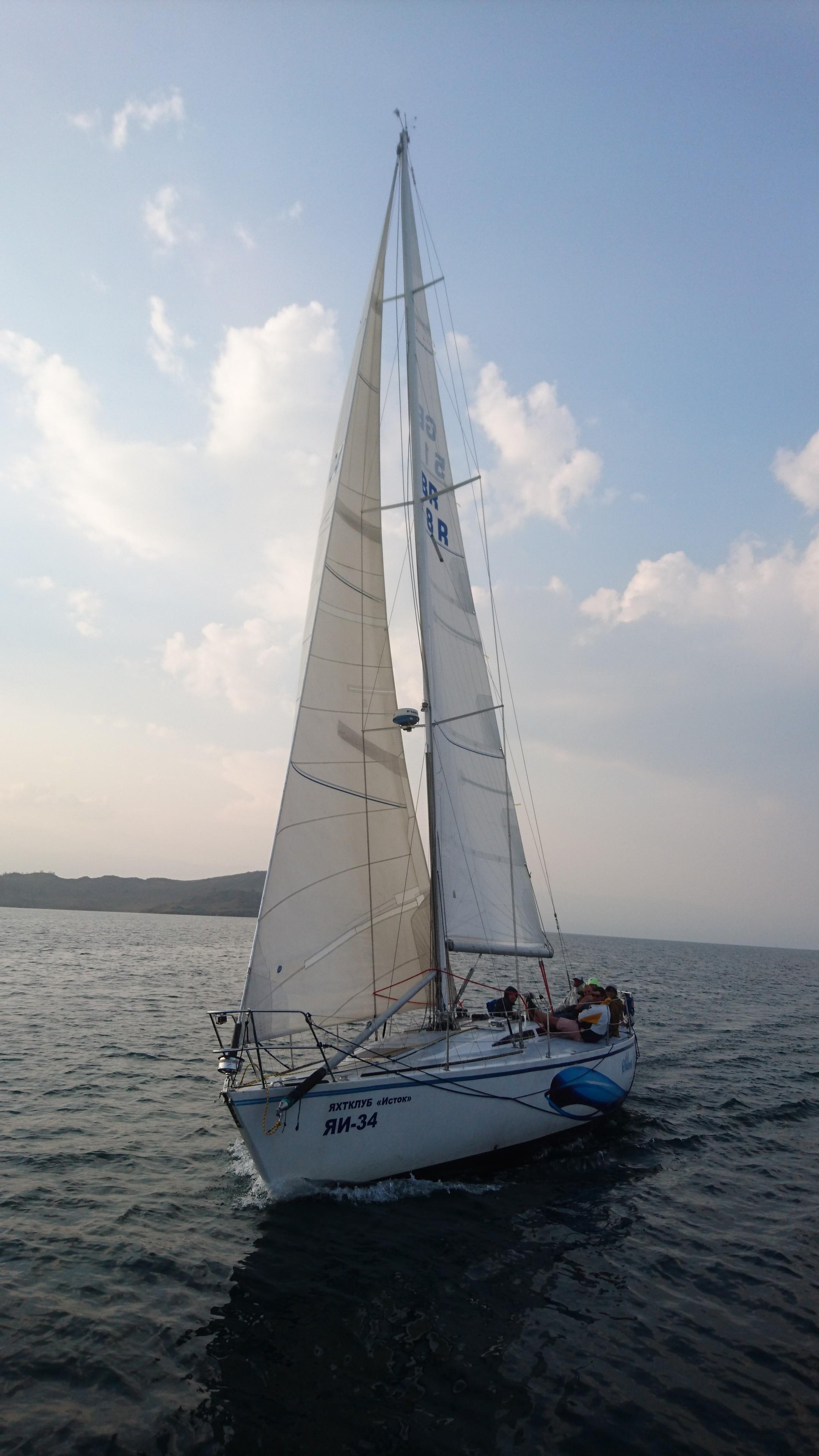 Финиширует вторая лодка